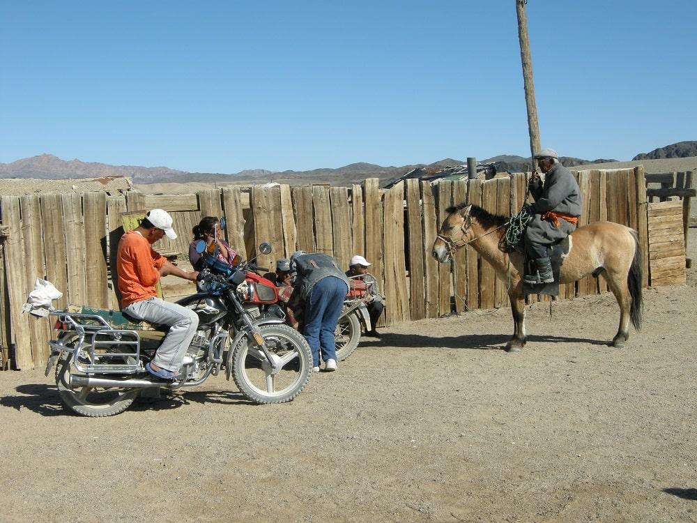 Différents moyens de locomotion à Gobi - trek en Mongolie