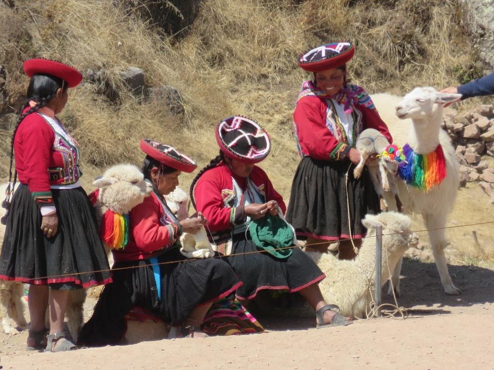 Bergères péruviennes en habits traditionnels - voyage Pérou