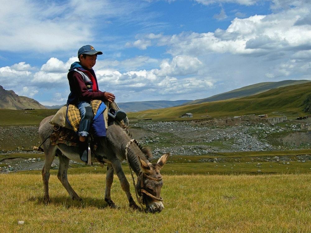 Un enfant sur le trek Inylchek- agence de trek Watse