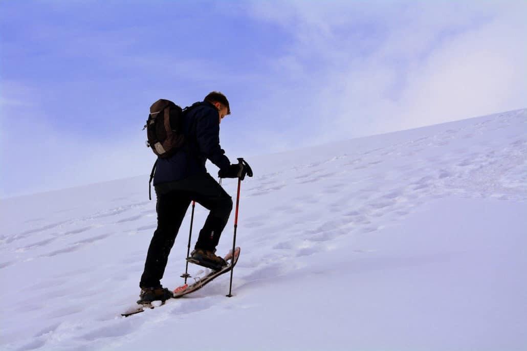 Comment marcher avec des raquettes dans la neige ?
