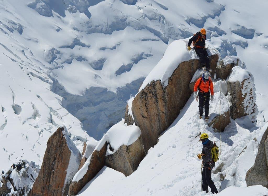alpinistes en haute montagne avec un guide